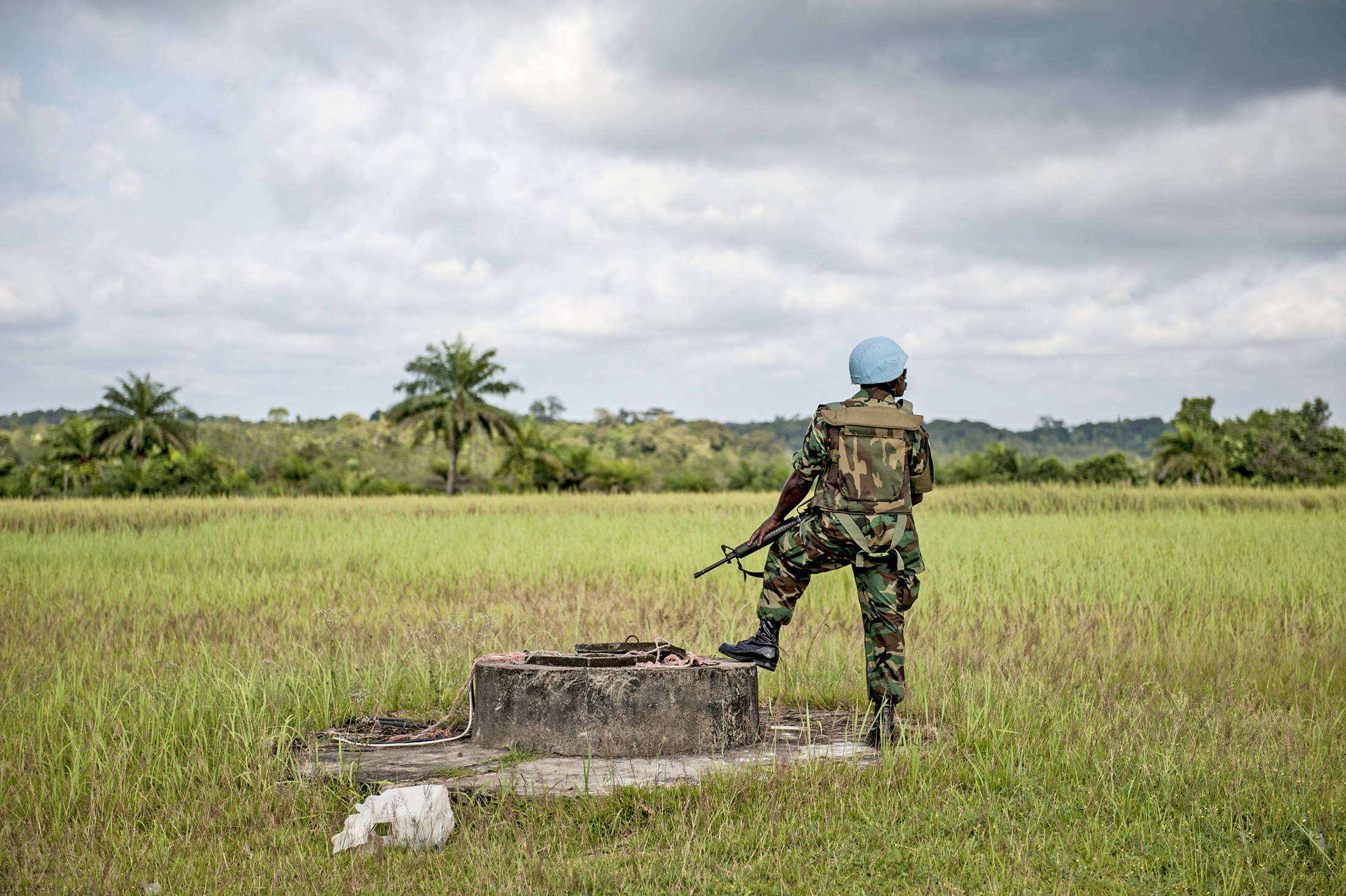 A Ghanaian peacekeeper with the UN Mission in Liberia (UNMIL) is pictured on guard duty during a visit by Karin Landgren, Special Representative of the Secretary-General and Head of UNMIL, in Cestos City, Liberia