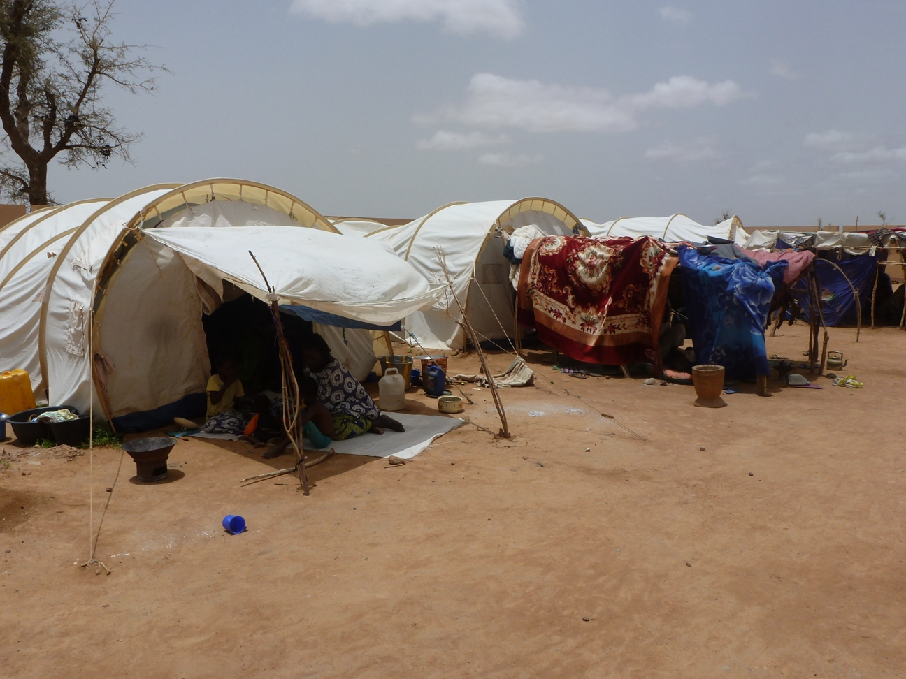 Site outside of Sevare in Mopti region, where IDPs were living following the takeover of the north by Islamist groups in April 2012. Some 5,000 IDPs were living in an abandoned house and some spilled over into these ICRC-provided tents