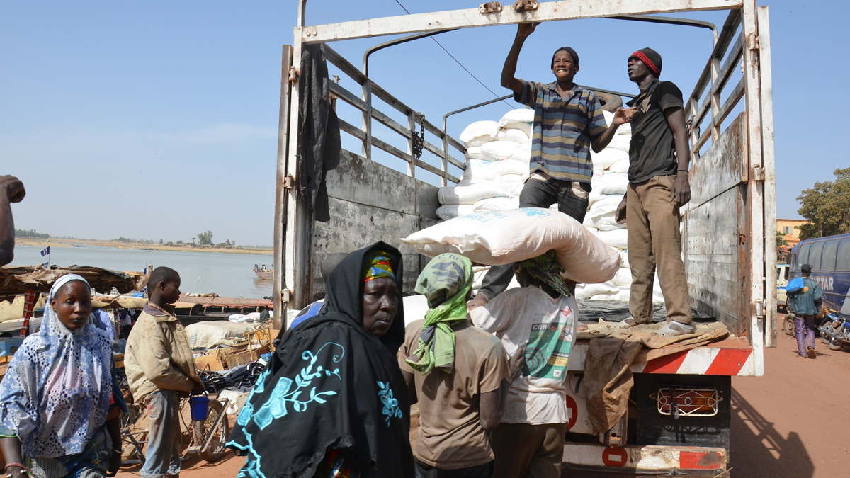 Sacks of UK-funded rice are being transported by WFP from the central river port of Mopti to the northern town of Timbuktu and beyond