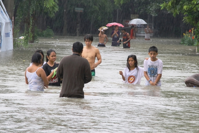 Kawit, Cavite -People wade in floods at the height of torrential rains on 18 August 2013