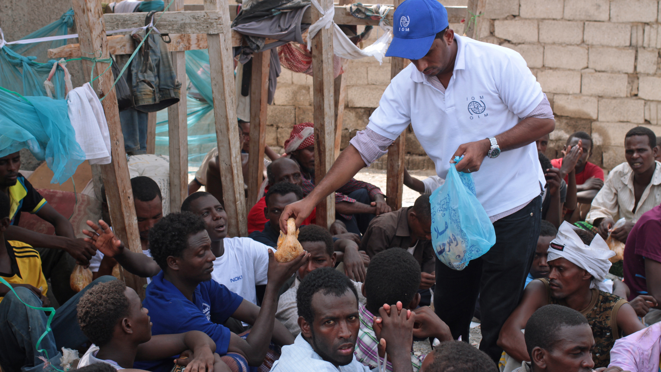 Food is distributed by IOM to Ethiopian migrants staying in a half-finished mosque in Aden, southern Yemen (September 2013)