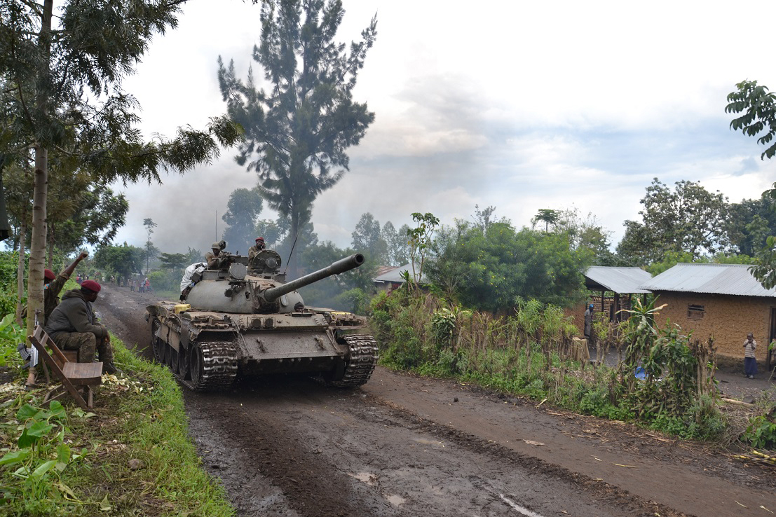 A tank heading towards Mbuzi hill, in Eastern DRC, to fight the M23 rebellion (November 2013)