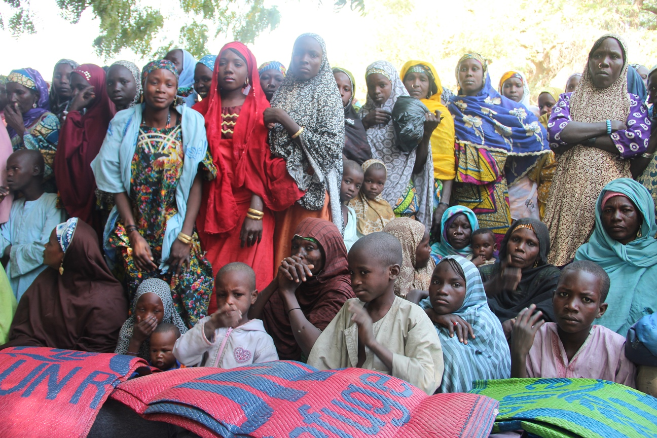 Displaced and host families in Gasseré village in Niger wait for UNHCR to distribute blankets and kitchen kits.