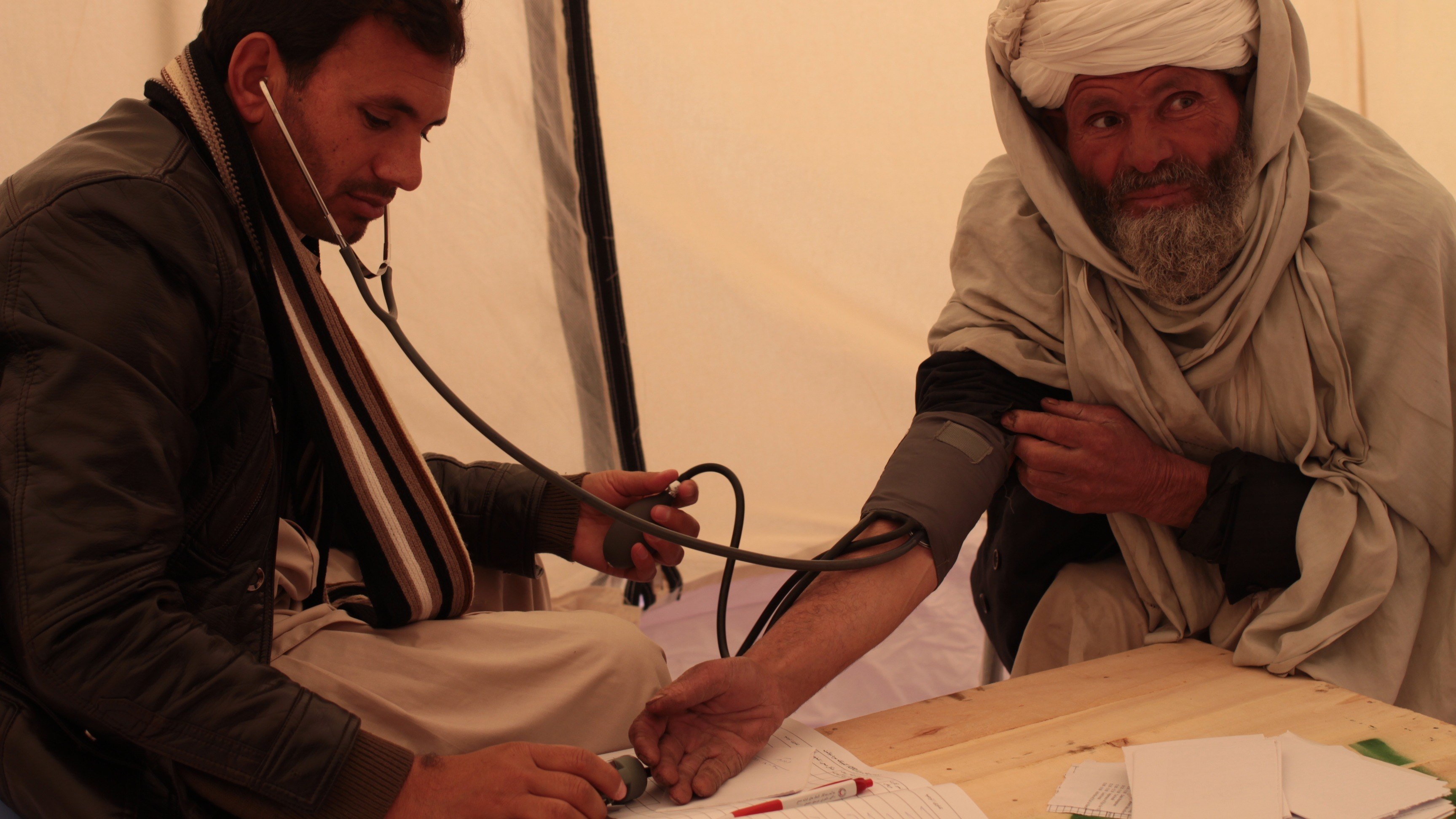 An internally displaced man gets a medical checkup at a mobile clinic set-up by the Afghan Red Crescent close to Herat (Jan 2014).