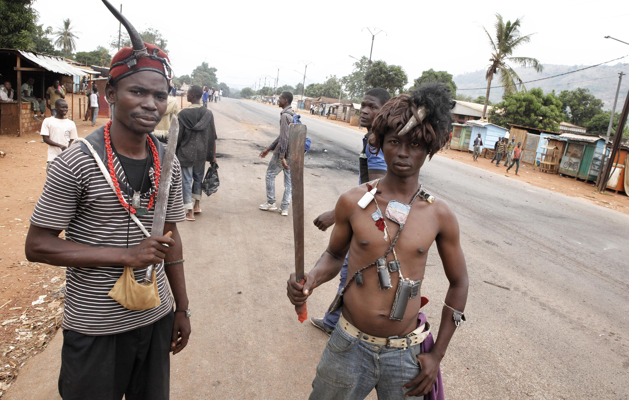 Anti Balaka fighters at Bangui´s estate PK9, waiting to attack Muslim IDPs convoys passing the road