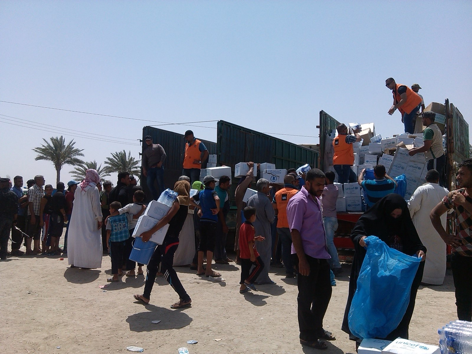 IDPs feeling Ramadi in Anbar receiving aid from NRC at Bzeibiz bridge border point outside of Baghdad. May 20, 2015