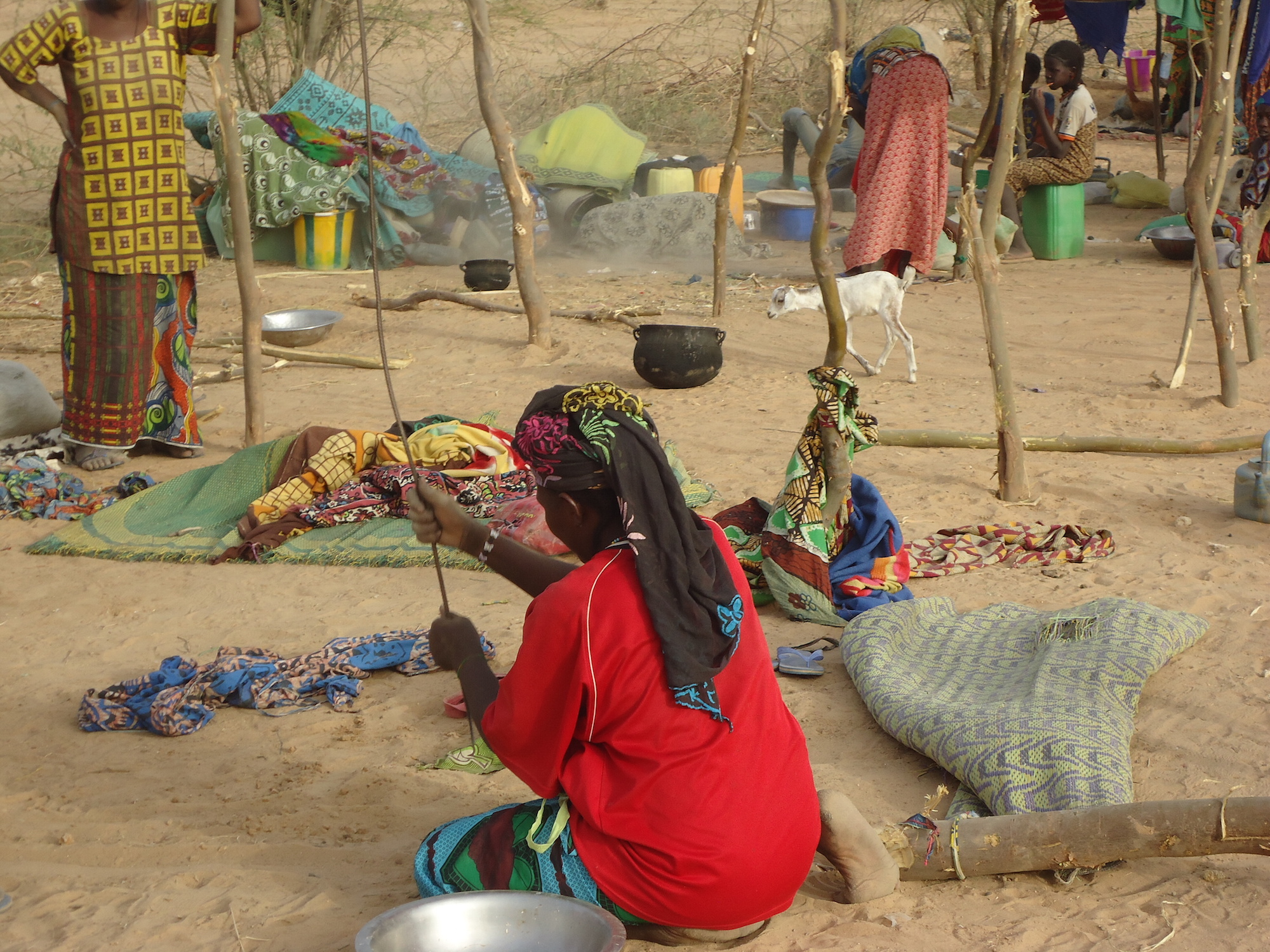 nternally displaced women who fled to the town of Tonka in Mali's Timbuktu region earlier this week set up makeshift shelters.