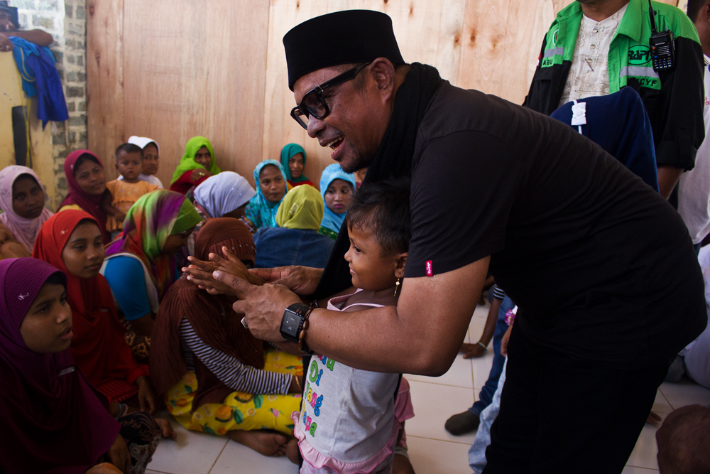Acehnese singer and senator Rafly sings to Rohingya refugees in Kuala Cangkoi camp, North Aceh, Indonesia, 6 June 2015.