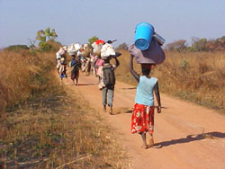 [Angola] IDPs returning home from a camp in Kuito.