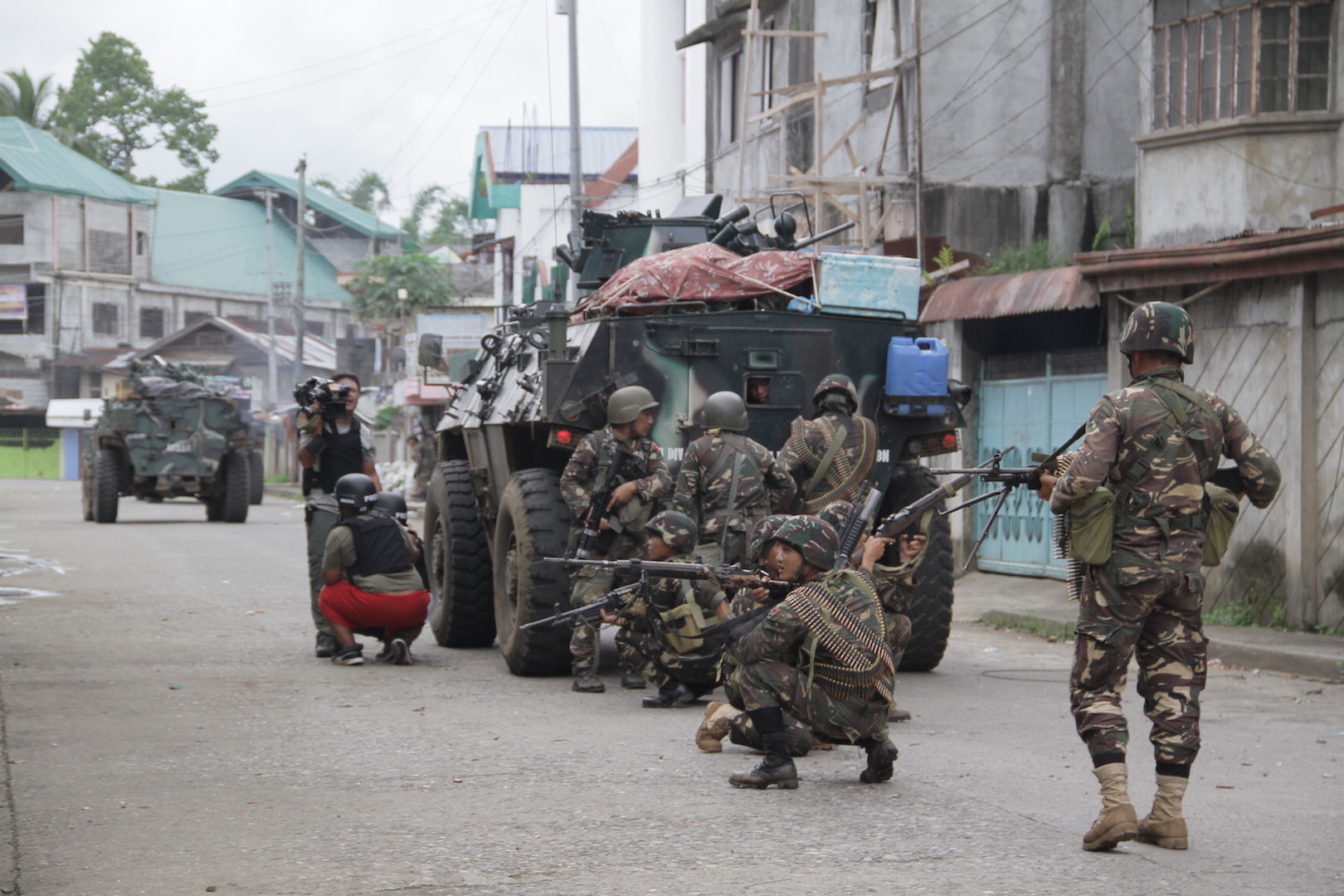 Philippines soldiers, accompanied by journalists, patrol Marawi which is under siege by Islamist militants