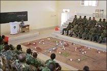 [Sudan] Teaching the law of war to officers of the Sudanese armed forces in Gebeit, Sudan. (ICRC)
