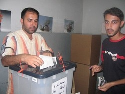 [Iraq] A man casts his vote in Baghdad in the October 15 2005 referendum on Iraq's new constitution. [Date picture taken: 10/15/2005]