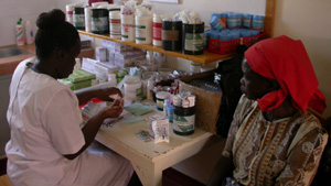 [Kenya] A nurse prepares ARVs for a patient at an HIV/AIDS clinic run by MSF in Homa Bay town, western Kenya. [Date picture taken: 10/23/2005]