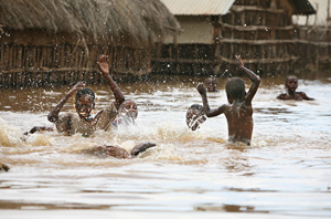 [Somalia] Children play in the flood-waters at an internally displaced persons camp in Arare, 12 km from Jamame, southern Somalia, 15 December 2006. Although humanitarian agencies have provided relief aid after the worst floods in 10 years, lack of proper
