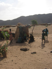 [Chad] Displaced Chadians squat in the desert. [Date picture taken: 06/01/2006]