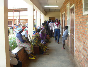 [DRC] Women waiting at Panzi hospital in Bukavu, South Kivu. [Date picture taken: July 2006]