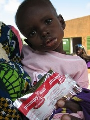 [Niger] Child being treated with Plumpy'Nut nutritional wonderfood, Sansane Haoussa, southwest Niger. [Date picture taken: 08/23/2006]