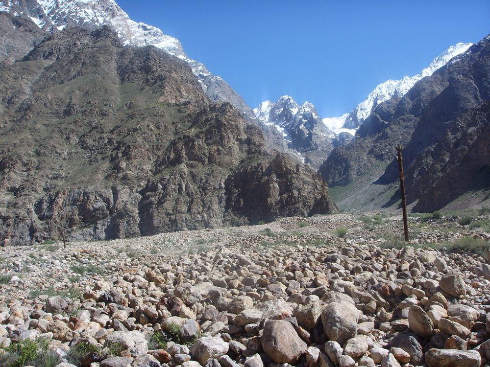 There are six large glaciers in the Pamirs.