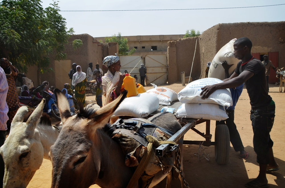 The Malian Red Cross distrbutes food to 600 households in Gao's Chateau neighbourhood in march 2013. Food distributions include rice, flour, salt and cooking oil