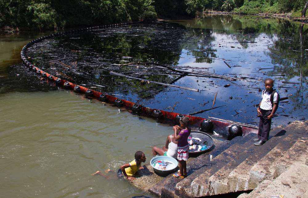 Crude oil pollutes the Caunapí river, in Tumaco, in southwest Colombia, after the FARC guerrilla movement bombed the Trasandino pipeline on 11 June 2015. People depend on the river for their daily hygiene, laundry and food preparation.  Credit: Ombudsma