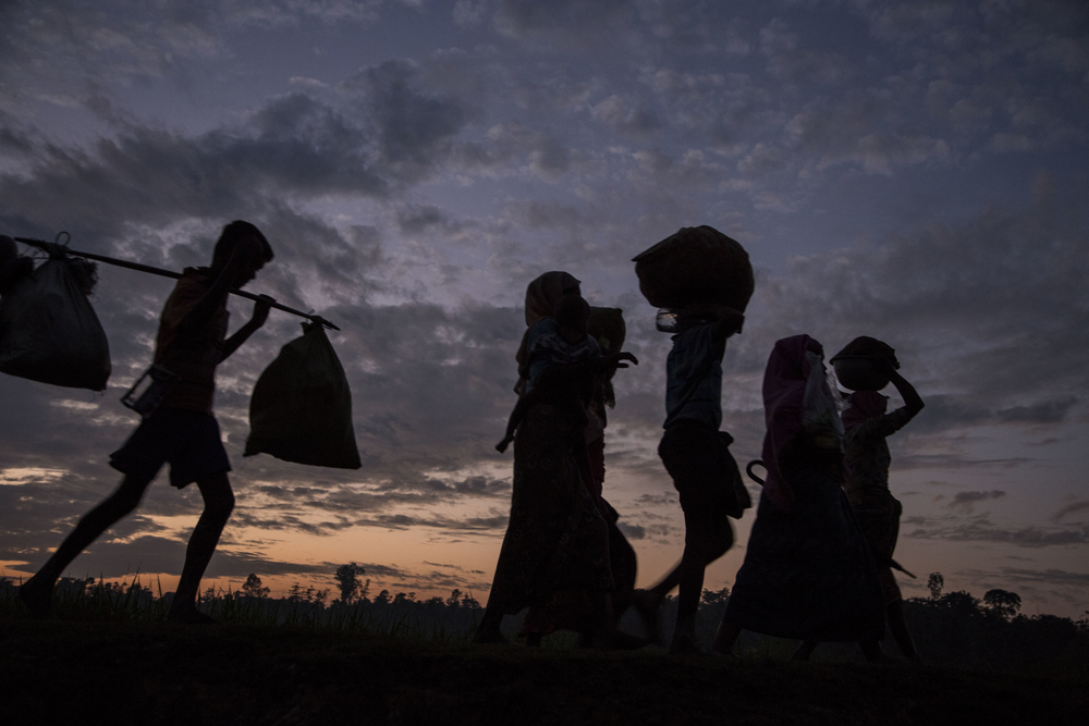 Rohingya refugees move toward Bangladesh