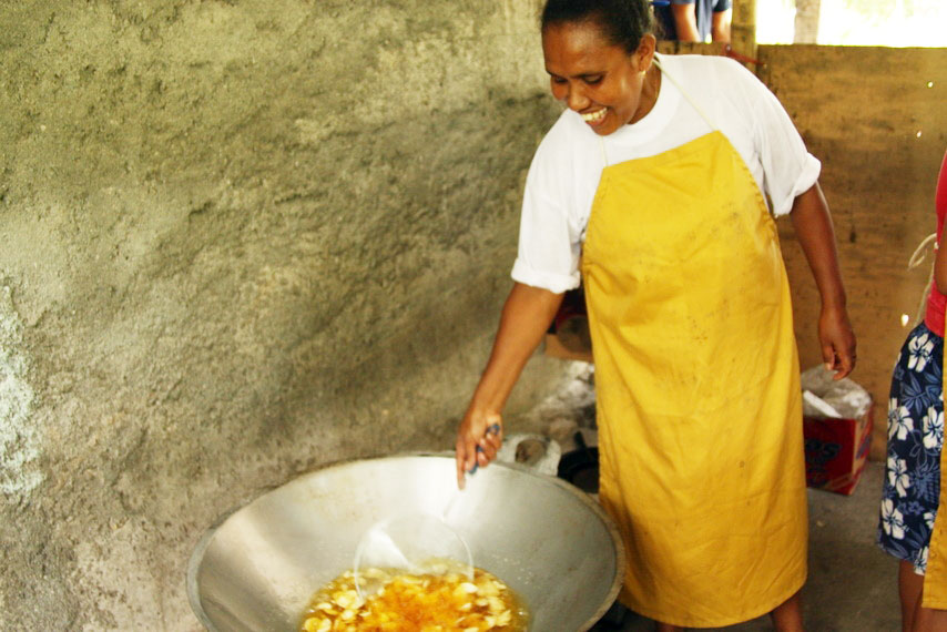 Natercia Da Costa is one of many Timorese women who have now become small business entrepreneurs with the help of the ILO, UNDP and local Timor-Leste NGOs. The extra income she makes frying and selling vegetable and fruit chips helps her put her children