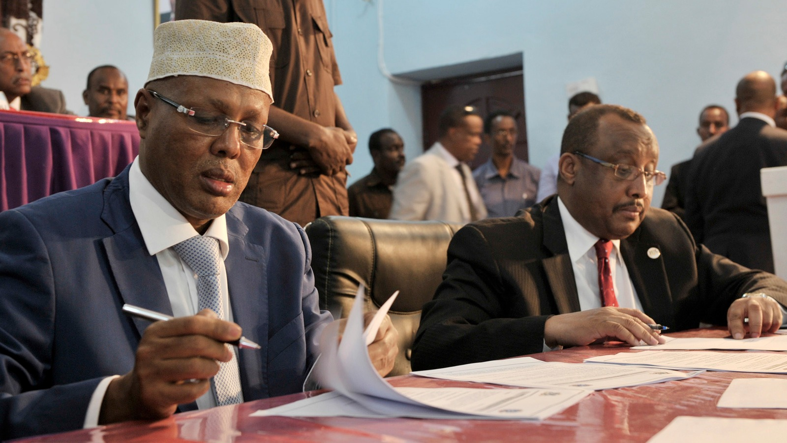 Somalia's Prime minister, Abdiweli Sheikh Ahmed, signs an agreement between the central government of Somalia and Puntland's government in Garowe, Puntland, October 14, 2014.