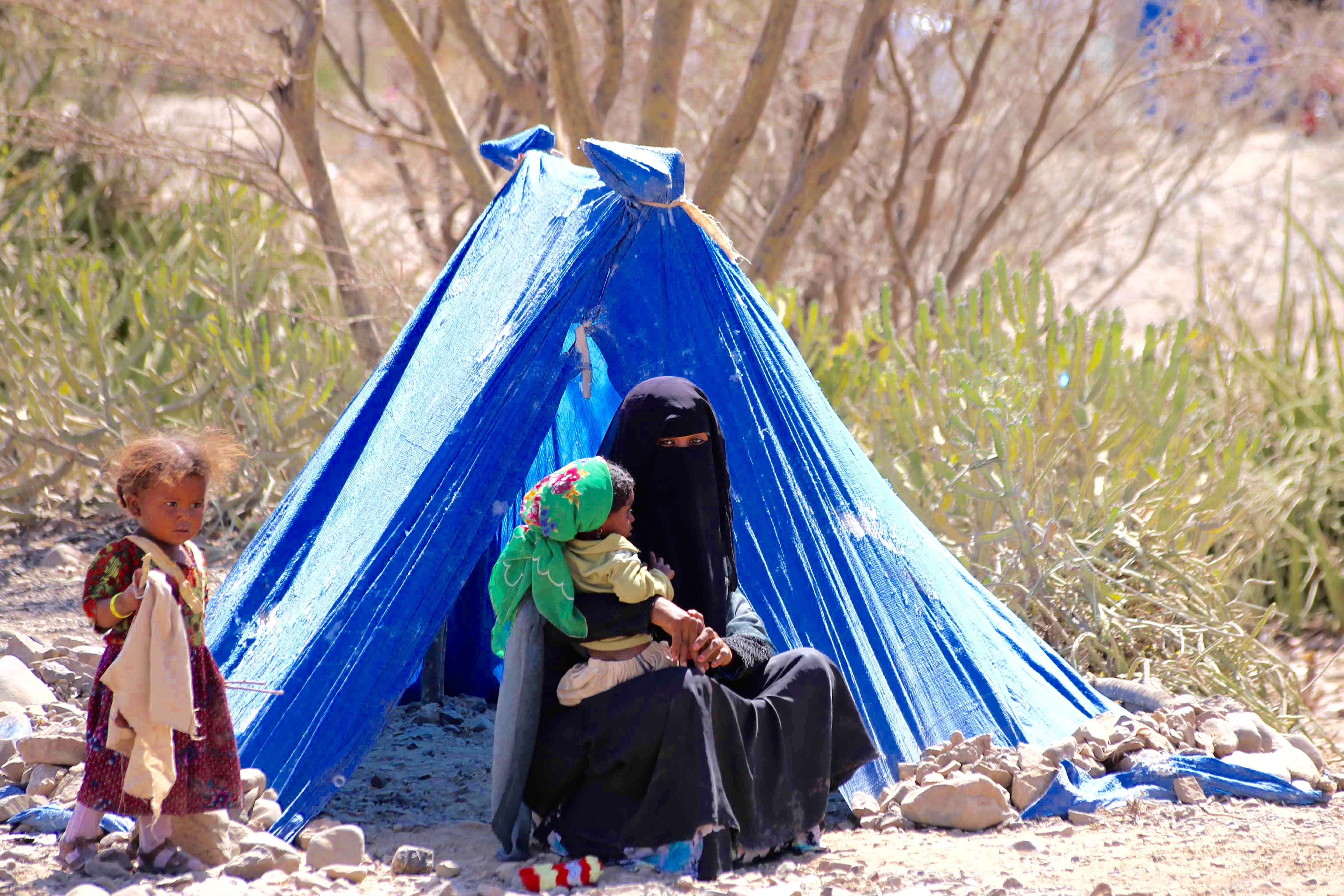 A mother and her children displaced in Yemen