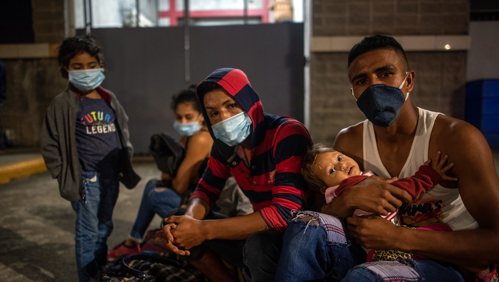 Eric Gómez, 25, and his family waiting to join the migrant caravan leaving San Pedro Sula for the US border
