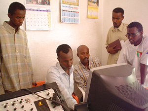 [Somalia - Radio] Training on computer skills and on-screen editing in the studio.