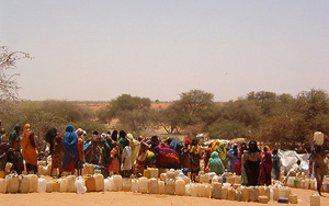 [Chad] Sudanese refugee women from Darfur wait for water at Toloum refugee camp in eastern Chad.
