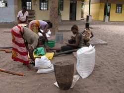 [Mozambique] Women prepare maize-meal for a WFP feeding programme for orphans in Maputo. [Date picture taken: 10/18/2005]