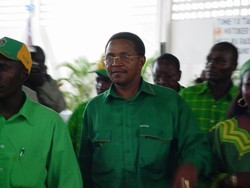 [Tanzania] President-elect of Tanzania, Jakaya Kikwete (in spectacles, centre). He won  the  presidenetial election 14 December with 80.2 percent of the total votes cast. [Date picture taken: December 2005]