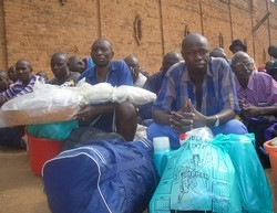 [Rwanda] Inmates released from Kigali central prison on Friday July 29, 2005 await trucks to take them to solidarity camps. Rwanda released up to 36,000 prisoners, many of whom have confessed to taking part in the country's 1994 slaughter. [Date picture t