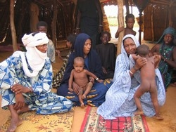 [Mali] Mothers with malnourished children in Marsi, eastern Mali.