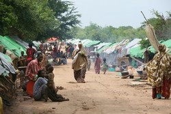 [Somalia] Internally displaced persons who have re-located to the higher levels of the road from Somalia's port city of Kismayo to Jamame, due to heavy floods, Arare, 12 km from Jamame, southern Somalia, 15 December 2006. United Nations agencies involve