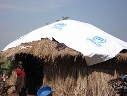 [Uganda] A new hut built by a returnee family in Lera Obaro village, Gulu District, where almost two million people were displaced by two decades of conflict. [Date picture taken: 11/27/2006]