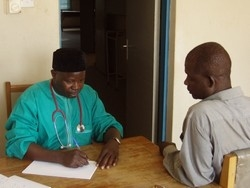 [Nigeria] Dr Julius Gajere screens a farm worker for signs of bird flu. [Date picture taken: 02/13/2006]