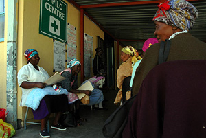 [South Africa] Patients travel up to 100km to access the ARV clinic at Mapulaneng Hospital in rural Mpumalanga and often wait all day to see the clinic's one full-time doctor. [Date picture taken: 01/11/2005]