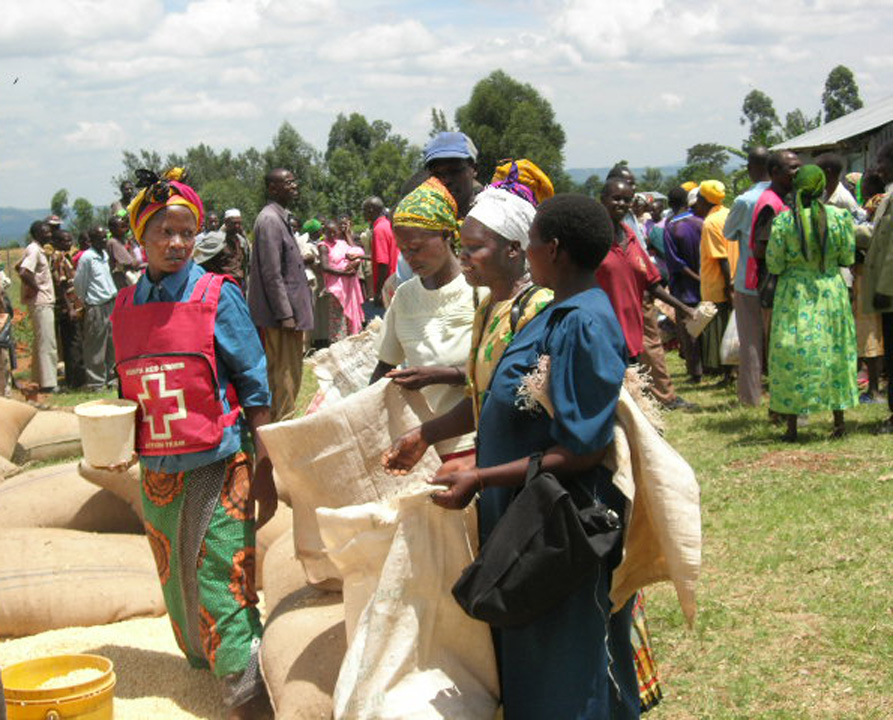 Displaced people from Mt Elgon receive food aid from the Kenya Red Cross Society during a food distribution exercise, Bungoma, 16 April 2007.