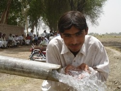 [Pakistan] A young boy drinks from an irrigation pump in Ghotki district in Pakistan's southeastern Sindh province. Access to portable water remains a key challenge for millions in the country today. [Date picture taken: 05/28/2007]