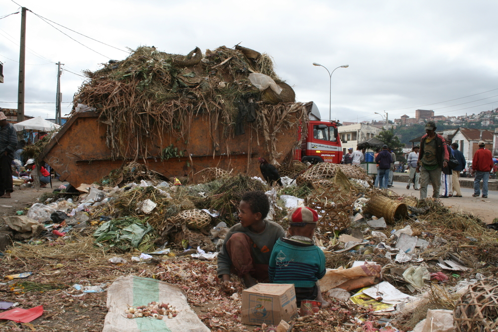 Children in Antananarivo try to salvage some food - garbage in the capital is no longer being collected
