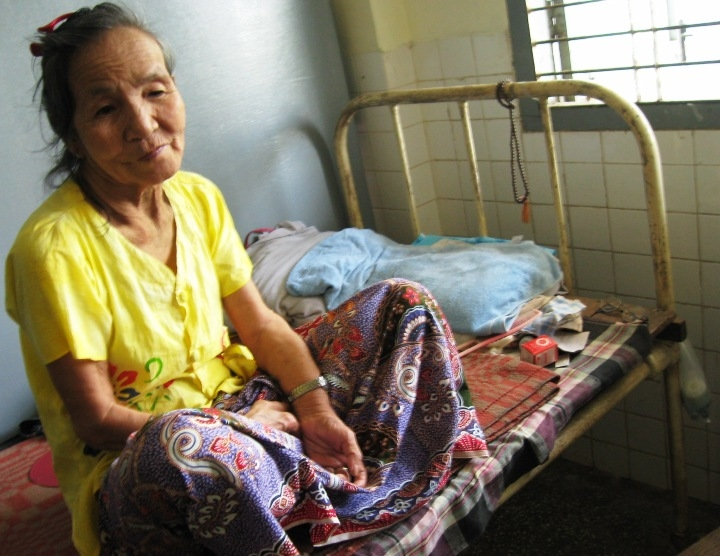 An elderly TB patient getting treatment in the Aung San TB Hospital in Yangon