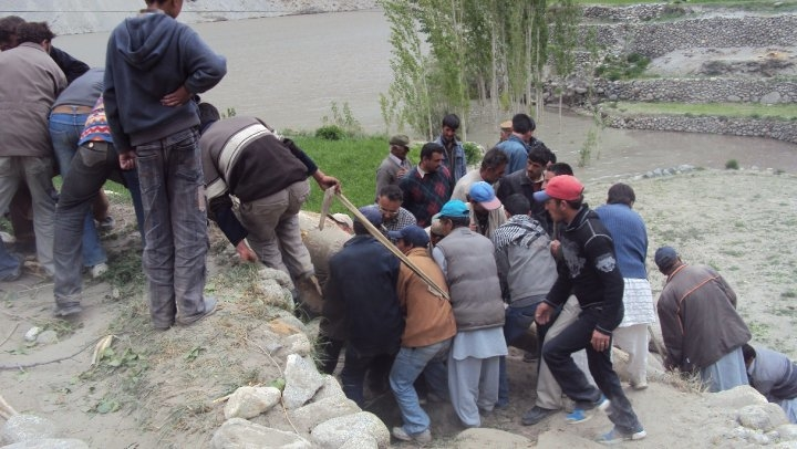 Villagers attempt to barricade their houses before leaving the area. The districts of Shangla, Mansehra, Kala Dhaka and Kohistan in northwestern Pakistan are under threat from a flooding lake on the Hunza River