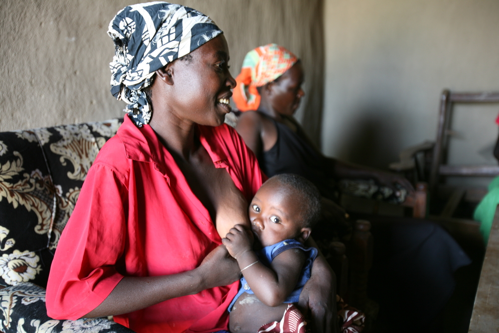 A mother breastfeeds her child in Kenya's Nyanza Province