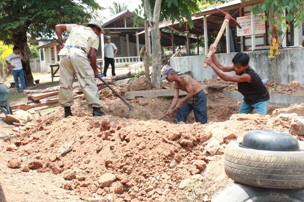 Security forces dig a bunker in Nong Kun Na on 26 April 2011 following four days of fighting along the disputed Thai-Cambodian border