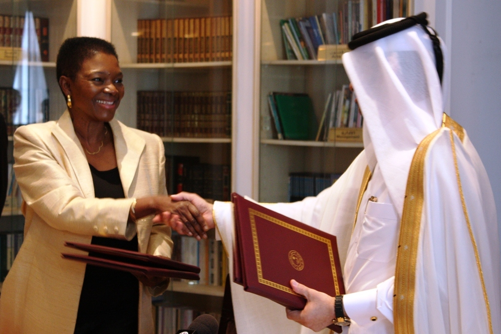 Emergency Relief Coordinator Valerie Amos signs a Memorandum of Understanding with Sheikh Ahmed Bin Mohamed Bin Jabr Al Thani, Minister's Assistant for International Cooperation in Qatar, as part of a push for more partnerships between the UN and aid agen