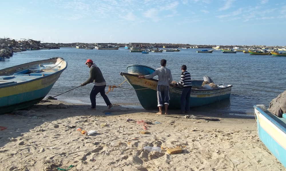 Mohammed Abu Riala prepares his boat to a new fishing trip in Gaza after the ceasefire