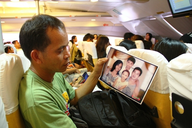 Armed with a photo, Randy Santos arrived from Manila, capital of the Philippines, to look for his missing loved ones in the wake of Typhoon Haiyan which struck on 8 November 2013