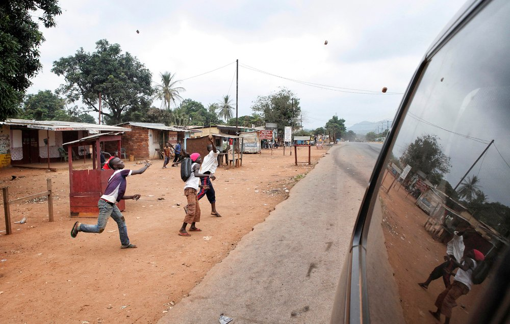 Youth at Bangui´s estate PK9, throwing stones at a convoy of Chadian IDPs trying to flee the country